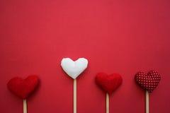 Bunte Papierherzen auf Linie als Geschenk für Valentinsgruß ` s Tag Stockbild