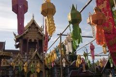 Bunte Papierlaterne, die Wat Klang Wiang am späten Nachmittag verziert lizenzfreie stockfotografie