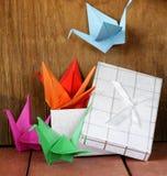 Bunte Papierorigamivögel japanisch Stockbilder