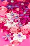 Bunte Papierrüschenblumen mit Perlen. Lizenzfreies Stockbild