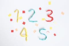Bunte Papierzahl auf weißem Hintergrund (1 2 3 4 5) Lizenzfreies Stockfoto