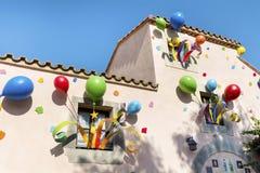 Bunte Partei steigt auf den Fenstern eines Gebäudes im Ballon auf stockbild