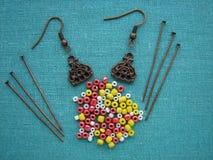 Bunte Perlen und Stücke für die Herstellung von Ohrringen, handgemachter Schmuck Stockfotos