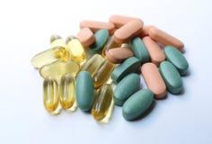 Bunte Pillen auf einem weißen Hintergrund Stockfotografie