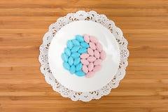 Bunte Pillen auf einer Untertasse Stockfoto