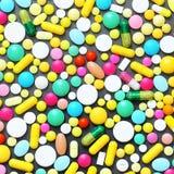 Bunte Pillen auf grauem Hintergrund Stockbild