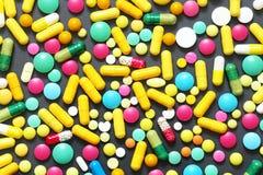 Bunte Pillen auf grauem Hintergrund Lizenzfreie Stockfotografie