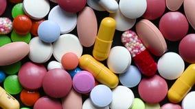 Bunte Pillen und Drogen, die sich direkt oben drehen Medizinisches Tablettenkapsel-Pillendrehen stock video