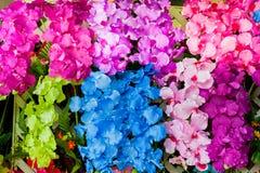 Bunte Plastikblumen Lizenzfreie Stockbilder