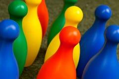 Bunte Plastikbowlingspielstifte Lizenzfreie Stockfotos