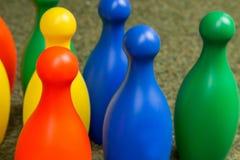 Bunte Plastikbowlingspielstifte Stockfoto