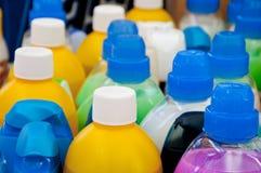 Bunte Plastikkappen für Reinigungsmittel, Shampoos und Flüssigseifen Lizenzfreie Stockbilder