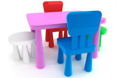 Bunte Plastikkindstühle und -tabelle Stockfotos