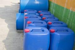 Bunte Plastikkraftstofftanks Stockfotos