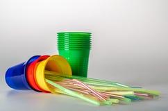 Bunte Plastikschalen mit Strohen Stockfoto
