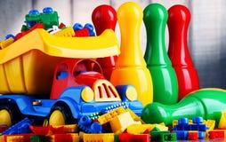 Bunte Plastikspielwaren im children& x27; s-Raum Lizenzfreies Stockbild