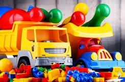 Bunte Plastikspielwaren im children& x27; s-Raum Stockbild