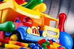 Bunte Plastikspielwaren im children& x27; s-Raum Stockbilder