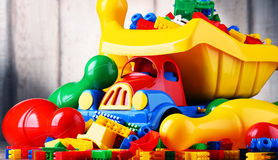 Bunte Plastikspielwaren im children& x27; s-Raum Stockfotografie
