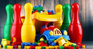 Bunte Plastikspielwaren im children& x27; s-Raum Stockfoto