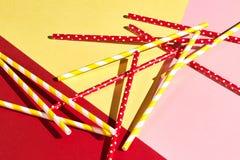 Bunte Plastiktrinkhalme lokalisiert über dem Rosa, gelber, roter Hintergrund lizenzfreie stockfotos