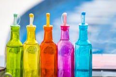 Bunte Plastikwasserflaschen Lizenzfreies Stockfoto