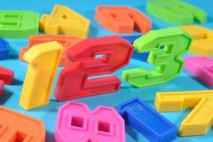 Bunte Plastikzahlen 123 Stockfotos