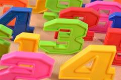 Bunte Plastikzahlen Stockbilder