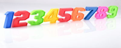 Bunte Plastikzahlen auf einem Weiß Lizenzfreies Stockbild