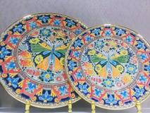 Bunte Platte mit einem Schmetterling in der Mitte stockfotos