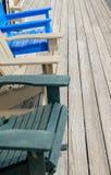 Bunte Plattform- und Strandstühle Adirondack in heller blauer Beige a Stockbilder