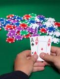 Bunte Pokerchips und zwei Ace Stockfotografie
