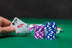 Bunte Pokerchips und zwei Ace Stockfotos