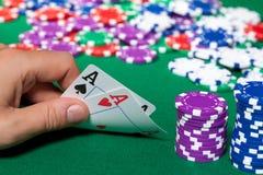 Bunte Pokerchips und zwei Ace Lizenzfreie Stockfotos