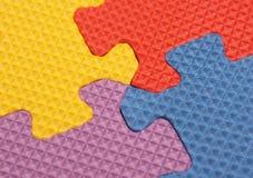 Bunte Puzzlespielstücke stockfotos
