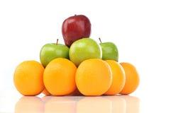 Bunte Pyramide der Früchte der Orange und des Apfels Stockbild