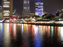 Bunte Reflexion in Singapur-Fluss Stockfotos