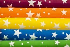 Bunte Regenbogen-Kerzen mit Sternen Stockfoto