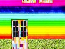 bunte Regenbogentapete der hölzernen Türweinlese Stockfotos