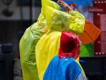 Bunte Regenjacken im Regen stockfotos
