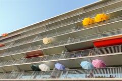 Bunte Regenschirme auf Balkonen in Amsterdam Lizenzfreies Stockfoto