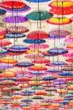Bunte Regenschirme auf der Decke Lizenzfreie Stockfotografie