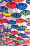 Bunte Regenschirme auf der Decke Stockfotografie
