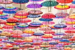 Bunte Regenschirme auf der Decke Lizenzfreies Stockfoto
