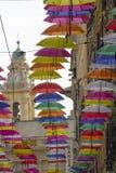 Bunte Regenschirme dekorativ in der Stadt lizenzfreie stockbilder