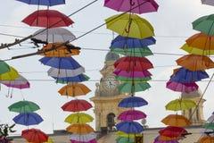 Bunte Regenschirme dekorativ in der Stadt stockfotografie