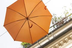 Bunte Regenschirme dekorativ in der Stadt lizenzfreie stockfotos