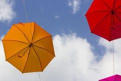 Bunte Regenschirme dekorativ in der Stadt lizenzfreies stockfoto