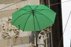 Bunte Regenschirme dekorativ in der Stadt lizenzfreies stockbild