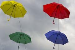 Bunte Regenschirme dekorativ in der Stadt stockfoto